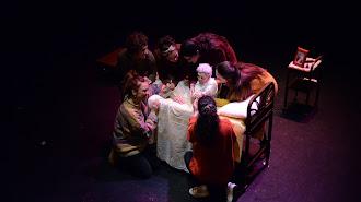 Nana entre las actrices del Aula de Teatro (M. Abualthanin).