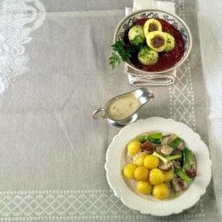 Mini-Käseknödel mit Fleischkäse und Lauchzwiebeln in Senfsoße