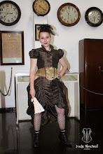 Photo: Figurino Steampunk em tafetá marrom e cetim italiano dourado. Comporto por saia, corset overbust em cetim italiano dourado com detalhes em shantung marrom e botões de brasão com correntes e bolero.  Site: http://www.josetteblanchard.com/  Facebook: https://www.facebook.com/JosetteBlanchardCorsets/  Email: josetteblanchardcorsets@gmail.com josetteblanchardcorsets@hotmail.com