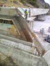 Photo: Encuentro entre muro lateral y frente inclinados. Fase de ferrallado y hormigonado.