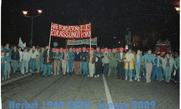 Photo: G Demo Schwerin Schloß Oktober 89  Video der Veranstaltung unter YouTube: http://youtu.be/77GJ1yBoOFc  Die gewaltfreie Demonstration ging vom Alten Garten durch die Werderstraße, die Amtstraße, die Kirchenstraße, die Gaußstraße, bis zum Arsenal, dem Sitz der Volkspolizei (heute Innenministerium). Sie riefen ihre Forderungen: Stasi in die Volkswirtschaft! Wir sind das Volk! Neues Forum! Pressefreiheit! Reisefreiheit!  http://www.beepworld.de/members5/jennus/staatssicherheit.htm