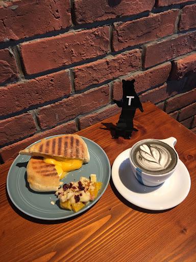 咖啡好喝,環境裝潢很工業風,旁邊的磚頭牆真的是拍照好背景👍🏻坐在一樓的位置有時會飄來咖啡香,二樓空間比較大但是稍微有點熱。餐具、水都是自助的哦,餐點食用完畢有回收台可以放。下次想再來吃看看乳酪蛋糕