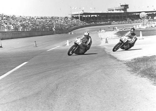 Phil Read sur la Norton JPN aux 200 miles de Daytona en 1972, devant Don Emde.