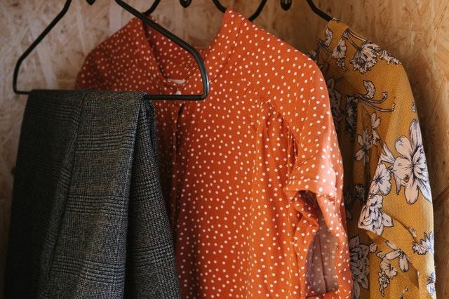 Prática do armário cápsula como sustentabilidade na moda