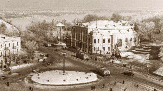 Новорічна ялинка праворуч філармонії на Європейській площі