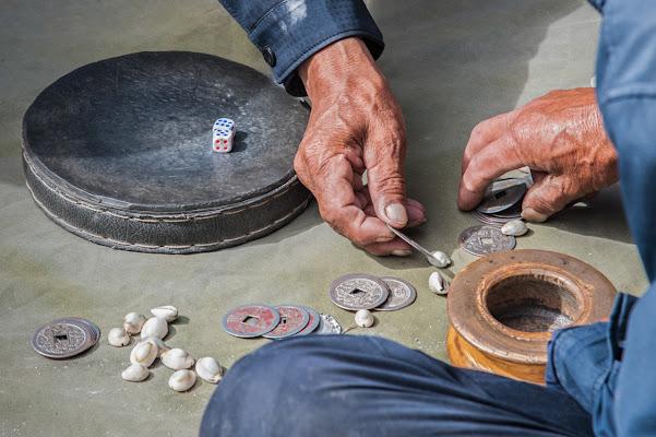 The Tibetan game of Sho in progress ..  di laurafacchini