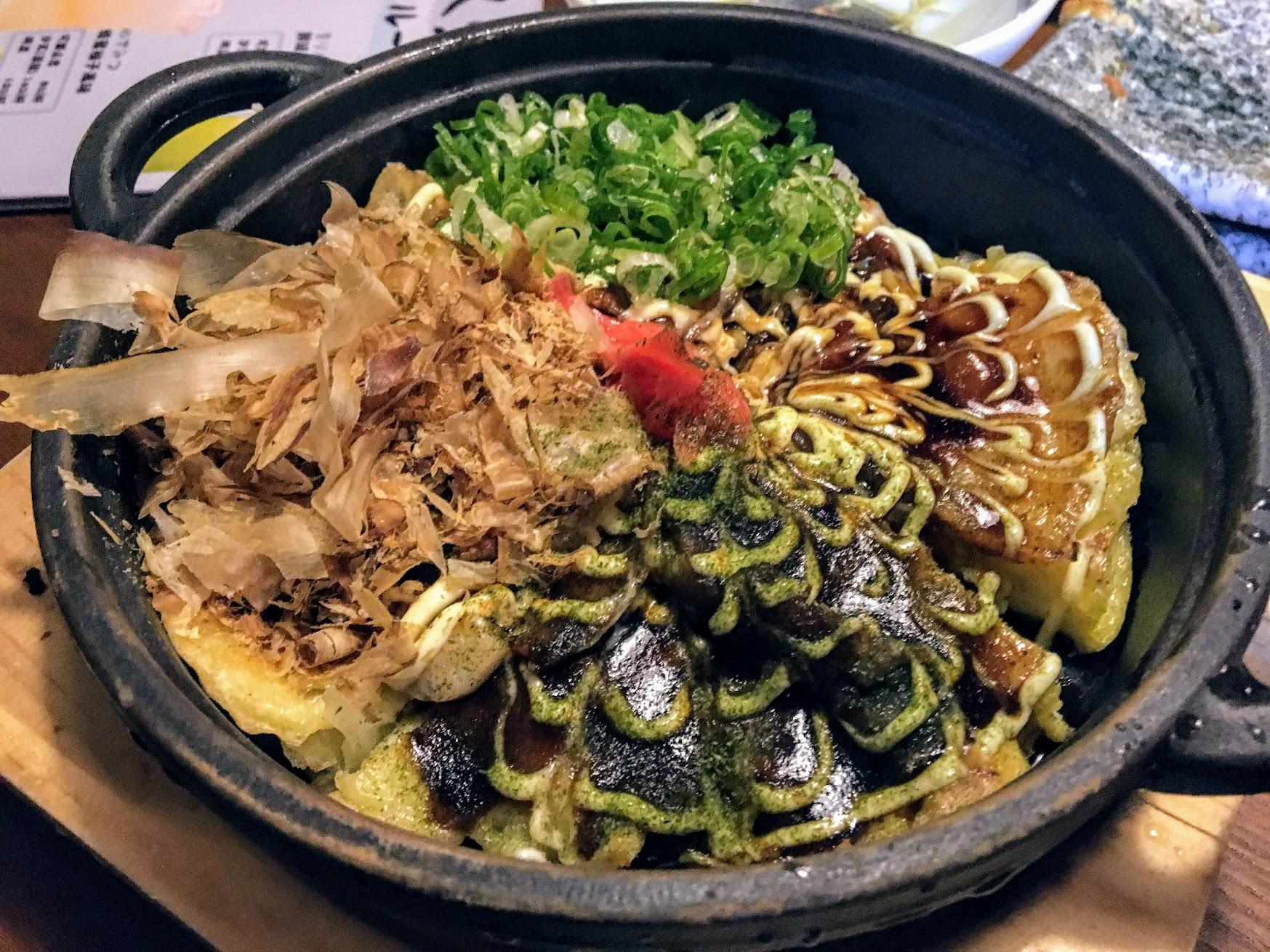 海鮮大阪燒,切成四塊,有四種不同的料在上頭,不同的口感啊