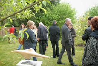 Photo: les invités dans le jardin de Francette visitent l'exposition d'Eric Palacino, sculpteur bois.
