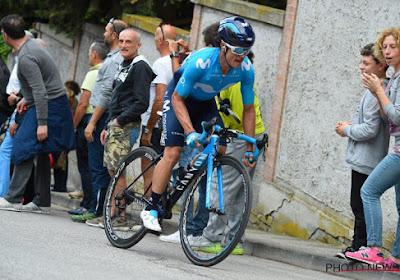 Movistar-renner stapt niet op Colombiaanse chartervlucht en mist zo al heel de maand augustus in het wielerseizoen