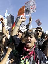 Photo: GRA122 MADRID, 17/10/2012.- Jóvenes que han acudido a la manifestación convocada en Madrid por el Sindicato de Estudiantes concentrados en la Puerta del Sol, donde fiamlizó  el recorrido de la misma. EFE/J.J. Guillén