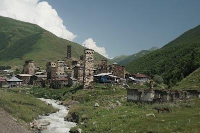 Uschguli liegt in rund 2100 m Höhe am oberen Ende der Enguri-Schlucht.