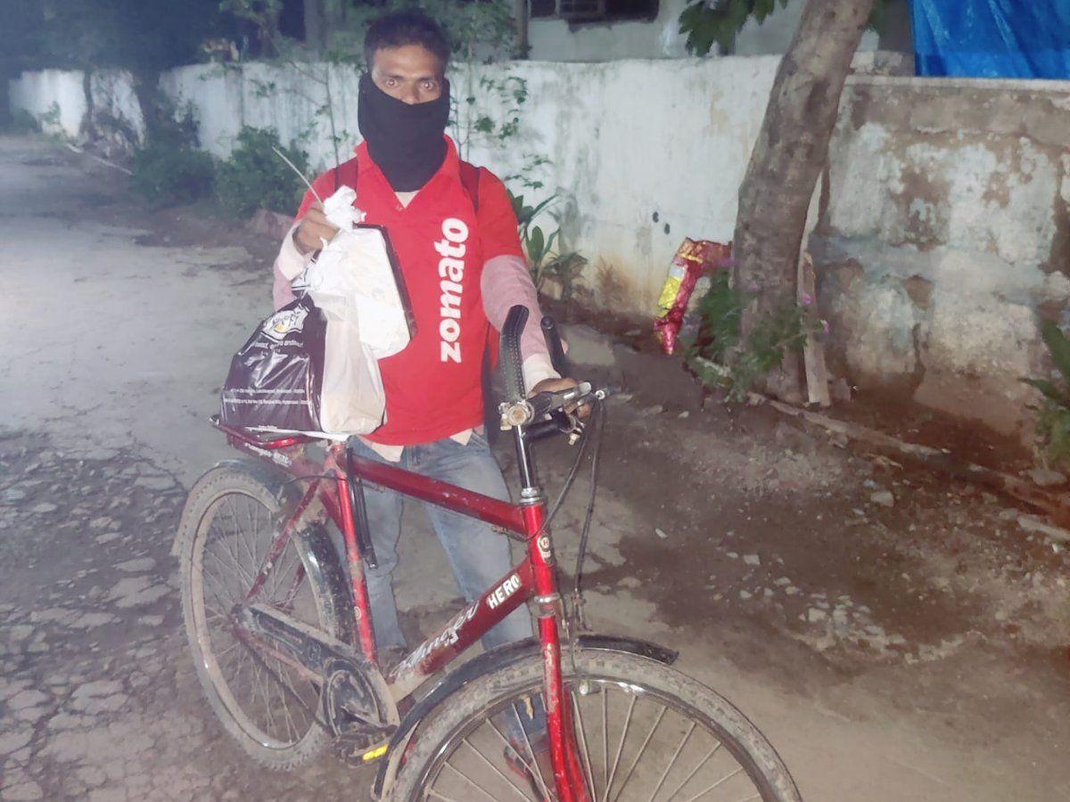 ஜொமோட்டோ ஊழியருக்கு பைக் வாங்கிக்கொடுத்த வாடிக்கையாளர்