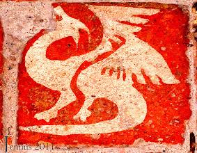 Photo: Normannischer alter Ziegelstein mit Fabeltier aus Norwegen (12. Jht.) in Doberan.  Lindwurm mit Vogelhals und Kopf, zwei erhobenen Flügeln, zwei Vogelfüßen und einem unter die Füße zurückgebogenen Schlangenschwanze.