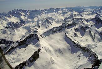 Photo: Hautes Pyrénées au sud de Cauteret: le pic de Chanchou 2949m (juste devant) et le pic de Barbe de Bouc 2964m (à sa gauche) Crêtes de Gavarnie sur l'horizon.