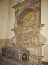 Photo: Wczesnobarokowa trumna Sędziwoja Czarnkowskiego z 1602 roku z tondami o czynach wojennych zmarłego i przyścienny nagrobek Macieja Czarnkowskiego