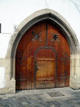 Photo: Mátyás szülőházának díszes kapuja