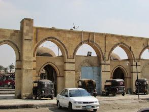 Photo: más motocarros, frente a una estación de buses