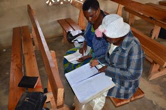 Photo: Misionářka Herry podporovaná ASI vede pečlivě záznamy o navštívených ve vesnici.
