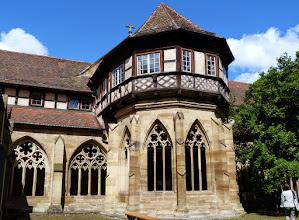 Photo: Kloster Maulbronn: Gotisches Brunnenhaus mit Fachwerkaufsatz.