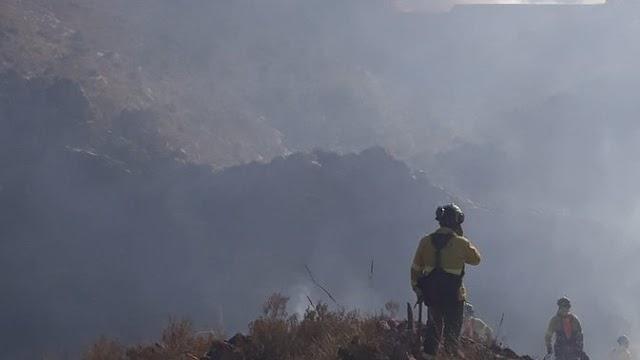 Medio centenar de bomberos forestales luchan contra las llamas en Serón. Imagen publicada en Twitter por @Plan_INFOCA.