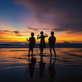 silhouette of children on a beach by Shahrin Ayob - Babies & Children Child Portraits ( sibling, children, kid, beach, sunset, silhouette, twilight, three )