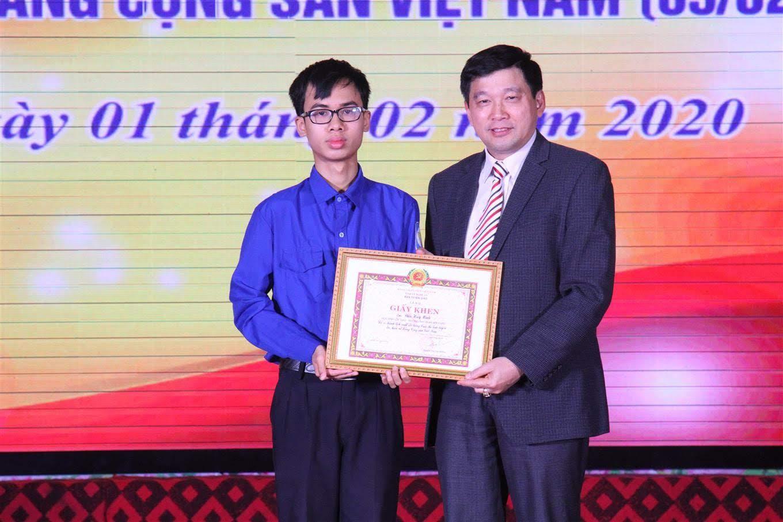 Đồng chí Kha Văn Tám, Phó trưởng Ban tuyên giáo Tỉnh ủy tặng Giấy khen cho em Đậu Huy Minh về những thành tích cao trong các cuộc thi tìm hiểu về Đảng Cộng sản Việt Nam