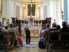 Photo: 13.10.09Gozo,Victoria : Père R.Abdila, explications dans l'église du couvent St Augustin.