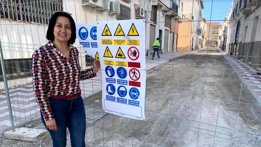 La alcaldesa cantoriana Puri Sánchez junto a una de las obras.