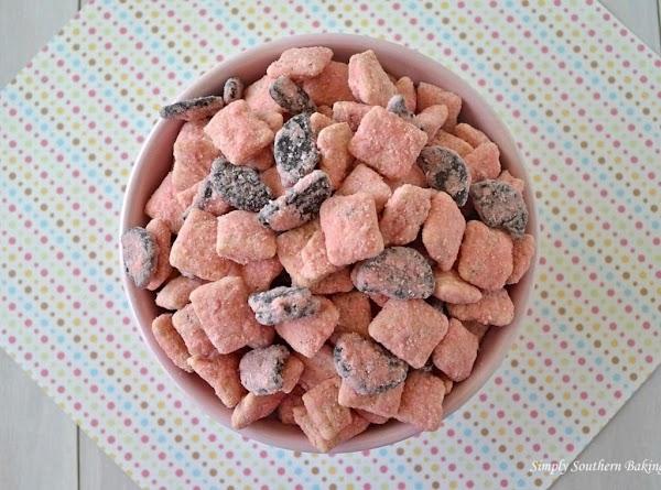 Strawberry Cookies & Cream Muddy Buddies Recipe