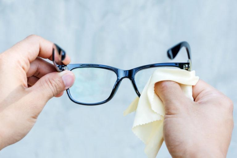Bạn đã vệ sinh mắt kính đúng cách chưa?