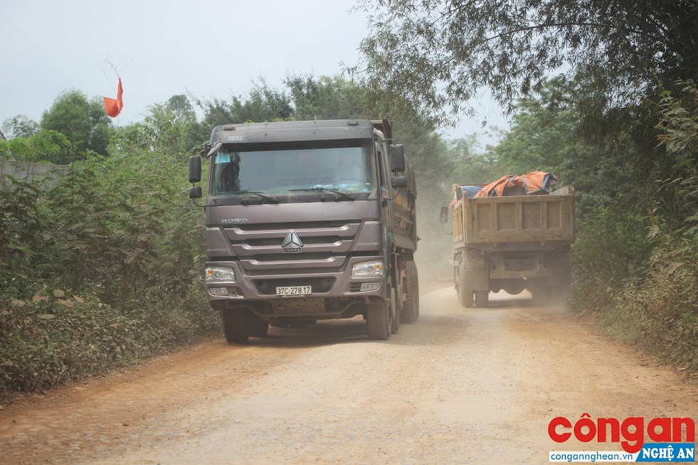Xe tải chở đất, đá lưu thông gây ảnh hưởng đến đời sống của người dân