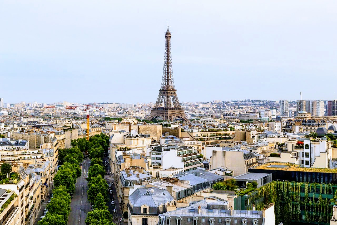 パリ観光一日コース凱旋門から望むエッフェル塔