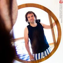 """Photo: No sóc gaire amic de sortir a les fotos, i encara menys de fer-me autoretrats, però des de FotoArt Manresa em van demanar un autoretrat amb càmera pel cartell de la propera exposició del Tocats de Lletra, així que he decidit innovar una mica i aquest és el resultat: """"Autoretrat amb lloro-cam"""". Ferran Cerdans Serra, escriptor autor-editor a www.llibres-artesans.com, 21/09/2016."""