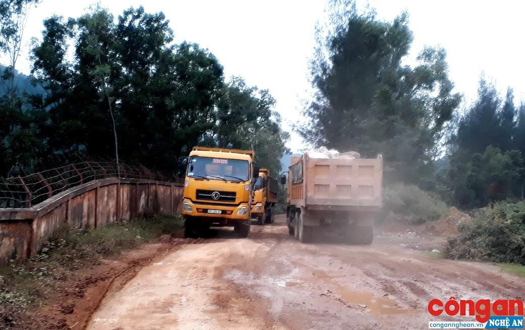 """Xe tải nối đuôi nhau """"cày nát"""" đường vào Trung tâm giáo dục lao động xã hội II Nghệ An"""