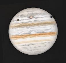 Photo: Jupiter le 1er février 2014. T406 à 470X en bino, turbu correcte sans plus. Le satellite Ganymède est vu au-devant de la planète, il projette son ombre sur le bord de celle-ci. Par effet de contraste, il apparait très sombre.