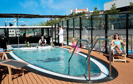 amasonata-pool.jpg - AmaSonata features a heated pool with a swim-up bar and superb views of the Danube, Rhine and Main rivers.