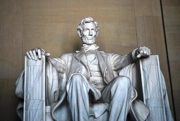 Abraham Lincoln tự hào về người cha đánh giày và tỏ ra độ lượng như thế nào khi bị xúc phạm?