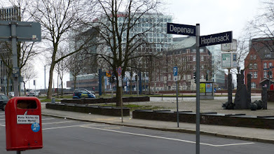 Photo: Skulptur vor dem Danske Hus; Kontorausviertel