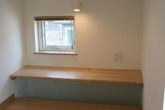 Photo: 掘りごたつ状になったカウンター。書斎に最適です。