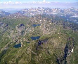 Photo: Lacs d'Ayous (lacs Gentau et Bersau) et pic d'Ayous juste à droite devant.