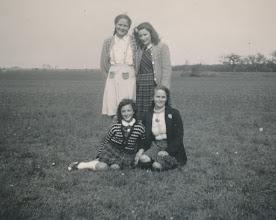 Photo: Jenneke v Krieken - Annie Roza  zittend Mijntje Muilenburg - Marietje v Krieken