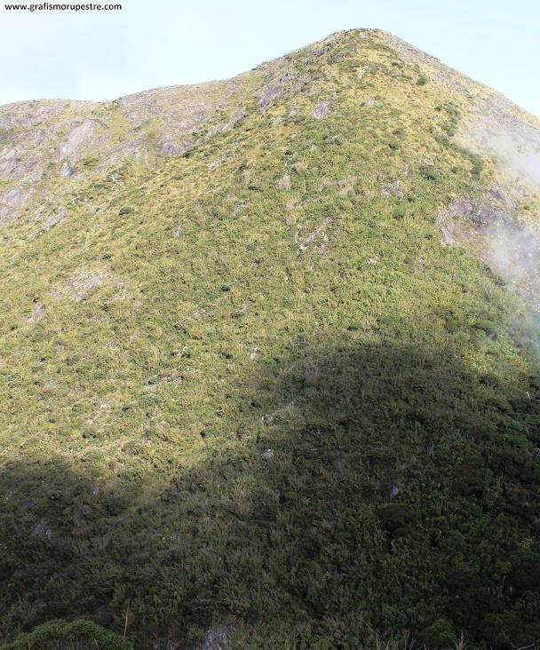 Trilha do Paiolinho - Pedra da Mina - A subida da Misericórdia vista do último cucoruto.