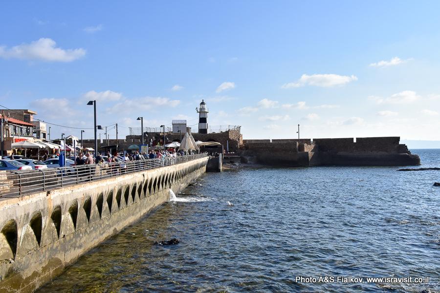 Набережная и маяк в Акко. В море руины крепости тамплиеров. Экскурсия в Акко гида Светланы Фиалковой.