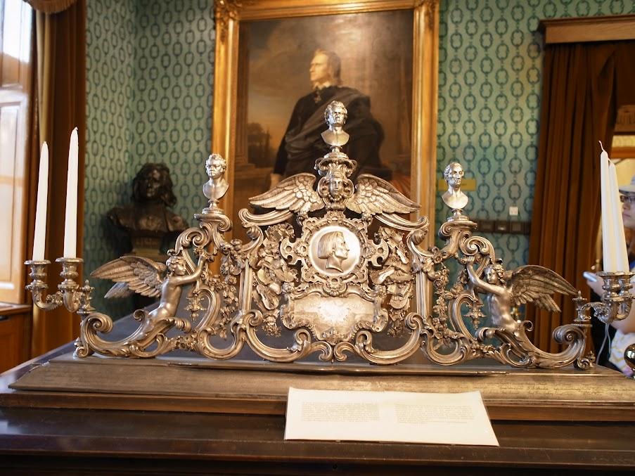 人家送給大師的華麗譜架,譜架上的三顆頭是大師的偶像:舒伯特、貝多芬、韋伯(從左至右)