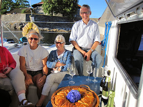 Photo: Bjørn, Annelise and Knut (and a large 'kringle' baked by Anne). And bubbly drinks brought by nearly everybody!