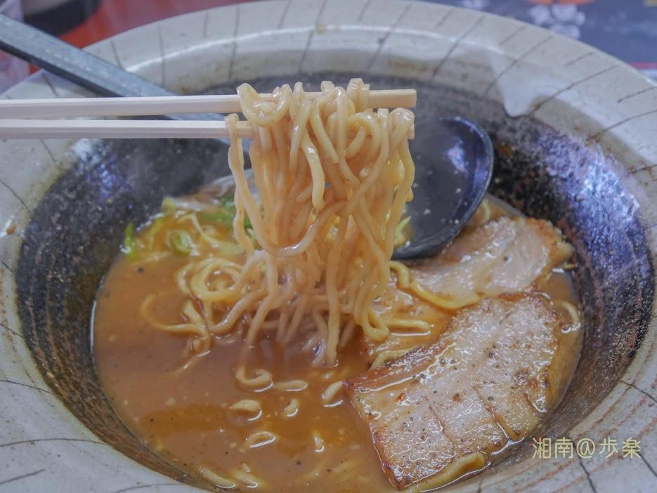 スタ☆アト コク旨味噌鶏白湯 増税前@900 自家製の中太麺 ほんのり縮れてもちっとした多加水麺となっている。大盛りも無料