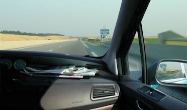 Photo: Le même paysage devant et derrière, Autoroute en boucle, 2004