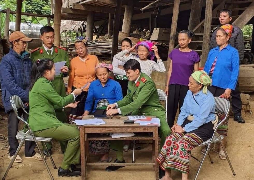 Cán bộ Công an huyện Quế Phong đến tận nhà làm thủ tục cấp phát CMND cho người dân