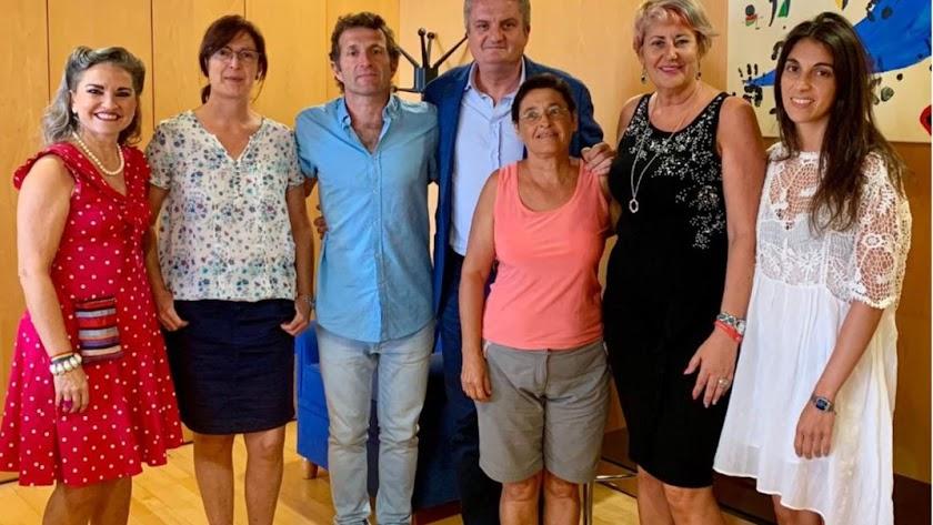El doctor Antonio Huete, junto con otros profesionales, visitan al delegado de Salud.