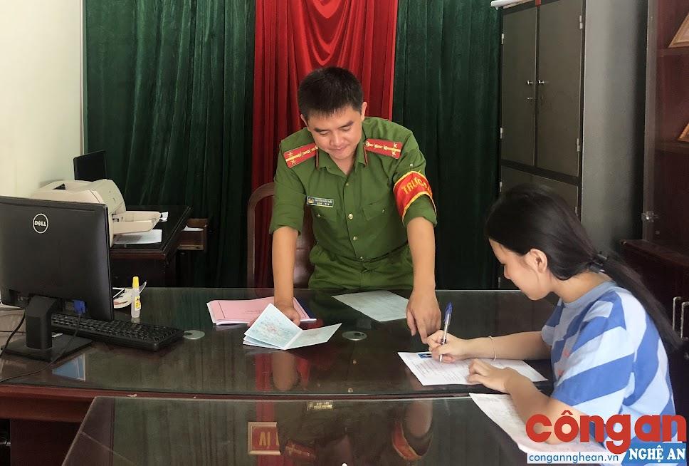 Cán bộ trực ban Công an phường Hưng Bình hướng dẫn nhân dân hoàn tất thủ tục hành chính